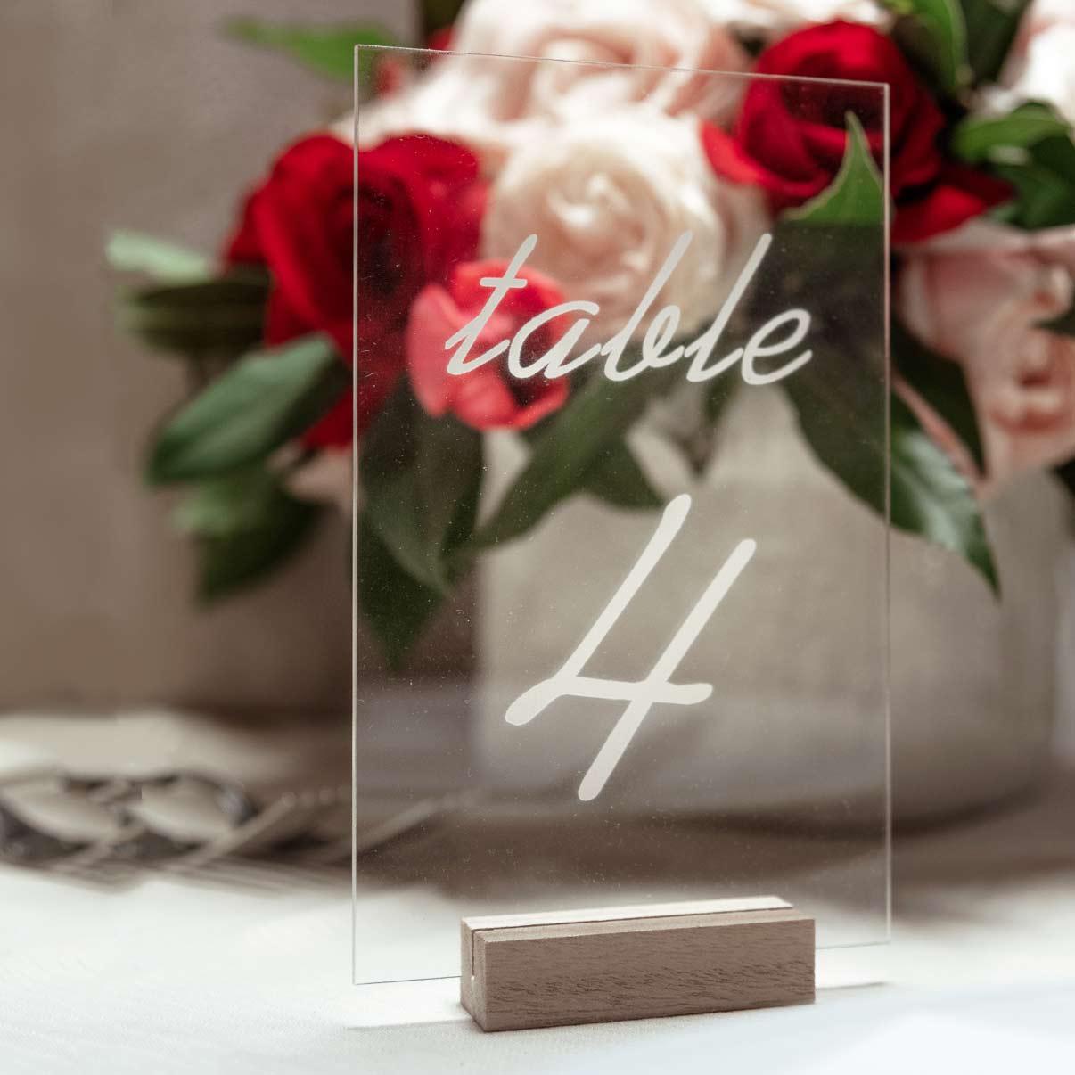 Allestimento-matrimonio-plexiglass-menu-segnatavolo-plastica-trasparente-nozze-plexi-opaco-lucido