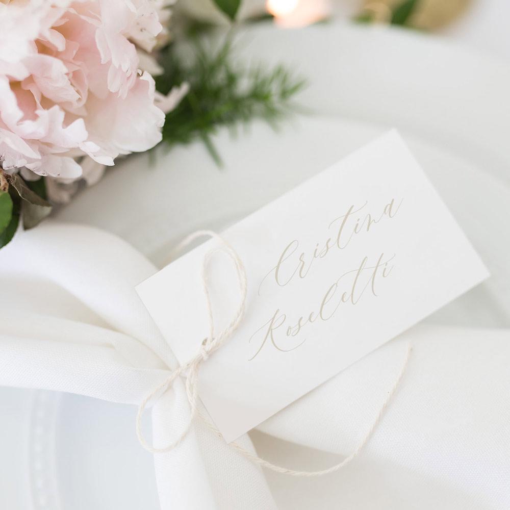 Segnaposto-place-card-nome-invitato-elegante-matrimonio-nozze-wedding-day-allestimento-bianco-oro